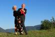 canvas print picture - Ehepaar tanzt unter freiem Himmel