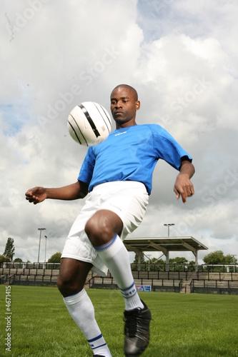jeune footballeur en action