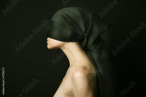 naga-kobieta-z-czarnym-bandazem