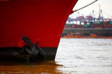 Roter Schiffsbug Vor Hafen
