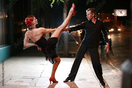 Fotografie, Obraz  Couple dancing on a street at night.