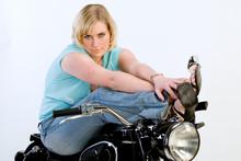 Hübsche Frau Auf Altem Motorrad