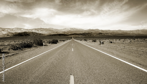 Fototapeta Empty californian highway through the desert