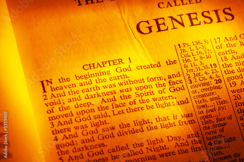 Foto Holy Bible open to Genesis, Chapter 1.  Warm tones.