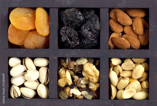 Caja de madera con frutos secos Canvas-taulu