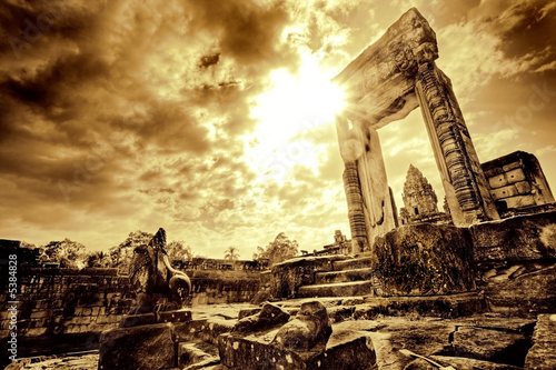 Photo Lone doorway standing in desolate temple ruins