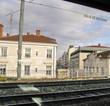 Maisons le long des rails par la fenêtre d'un train