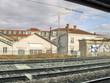 Immeubles défilant le long de la voie ferrée