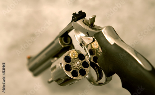 Fotografia magnum revolver loaded with only one shot