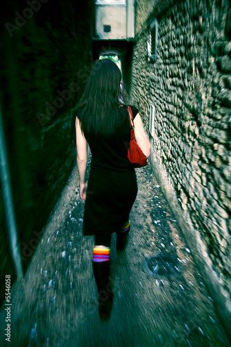 Photo femme de dos ruelle sombre lugubre insécurité agression
