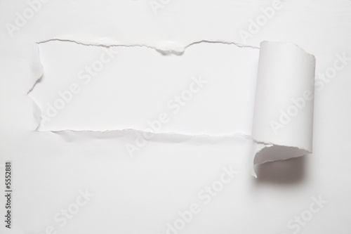Fotografía  the sheet of torn paper against the white background