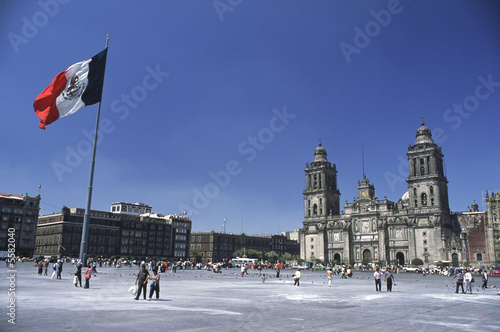 Photo sur Toile Mexique El Zocalo in Mexico City, with Cathedral and flag
