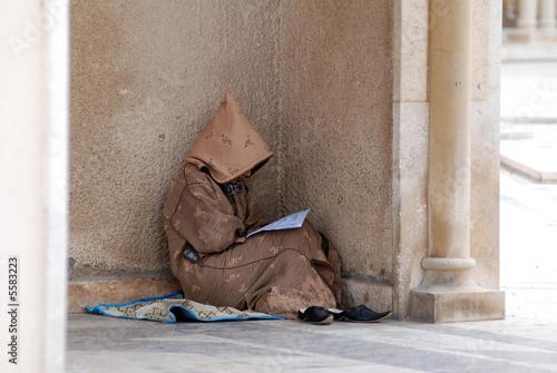 Poster Maroc mussulmano che prega appoggiato al colonnato
