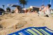 mégot de cigarette dans le sable pollution sur la plage
