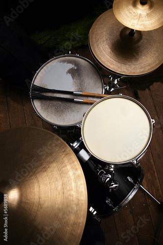 Valokuva drum set in dramatic light on a black background
