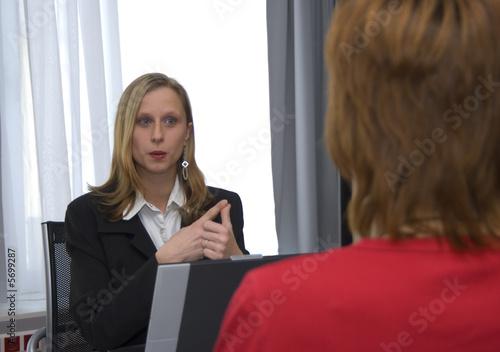 Fotografering  Geschäftsfrau als zählt mit den Fingern