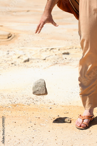 Fotografía  Man dropping  stone from  hand.  mercy, pardon, forgiveness