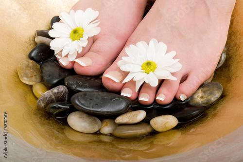 Foto op Plexiglas Woman's feet in bowl of water and rocks