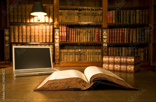 Photo Laptop in classic library