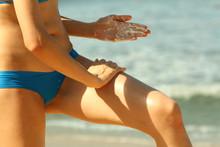 Frau Cremt Sich Mit Sonnenschutzcreme Am Strand Ein