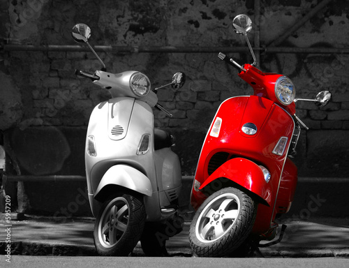 This is two motorcycles in the city. Canvas-taulu