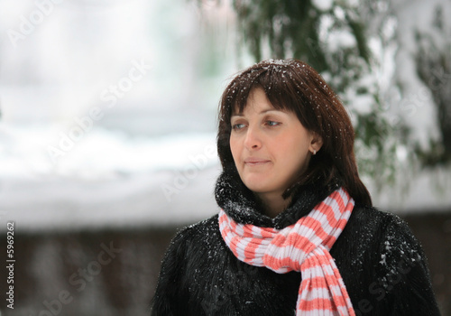 Photo Portrait of the young woman under a falling snow