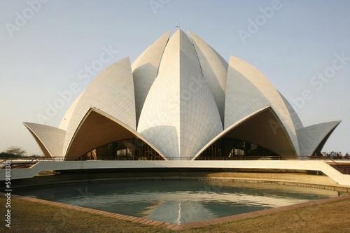 Stickers pour portes Fleur de lotus lotus temple in the evening sky, delhi, india