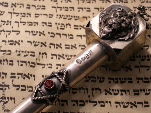 Photo hebräische schrift auf pergament mit torazeiger