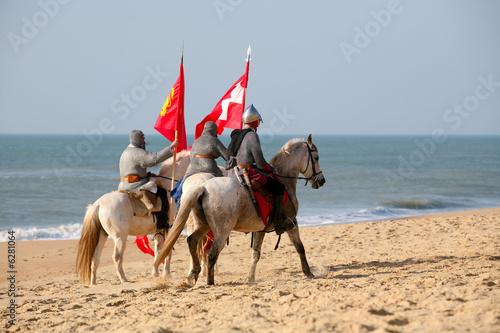 Photo  cavaliers guerriers du moyen age sur une plage