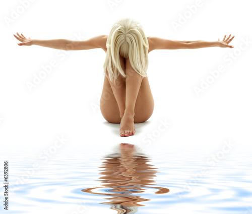 obraz-artystyczny-nagosc-kobiety-na-bialym-piasku
