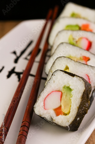 Obrazy do kuchni   california-spring-rolls-na-plytce-japonski-z-paleczki