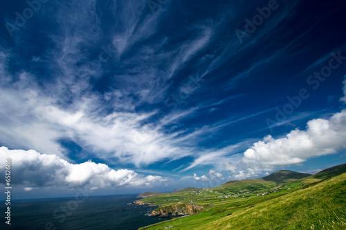 Papiers peints Bleu nuit Paysage de bord de mer en Irlande avec ciel nuageux