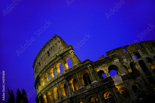 Photo The colosseum  in Rome  at dusk, with blue sky