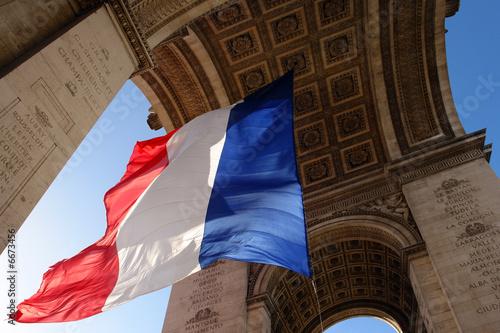 Valokuva  paris arc de triomphe et drapeau republicain