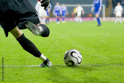Photo  soccer or football goalkeeper kick the ball
