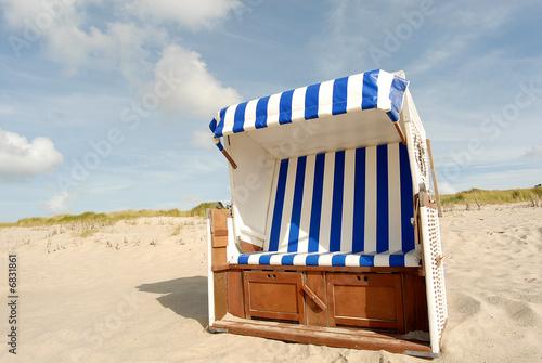 Strandkorb vor den Dünen auf Sylt