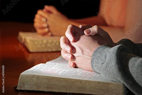 Fotografie, Obraz  Praying Hands Bibles Couple