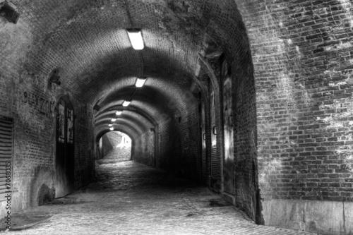stary-ceglany-tunel-ze-swiatlem-na-koncu-b-w