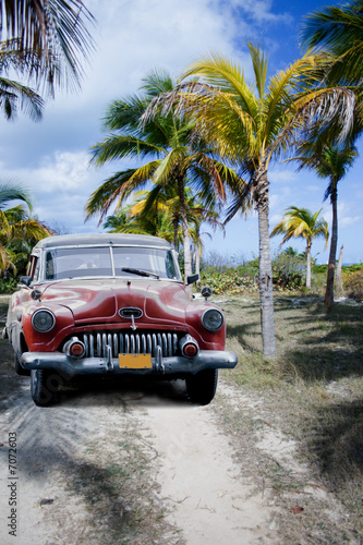 Poster Cubaanse oldtimers Old car on a tropical beach