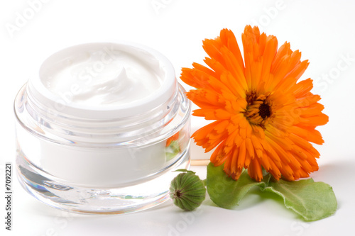 Fotografía  Face cream and calendula flower