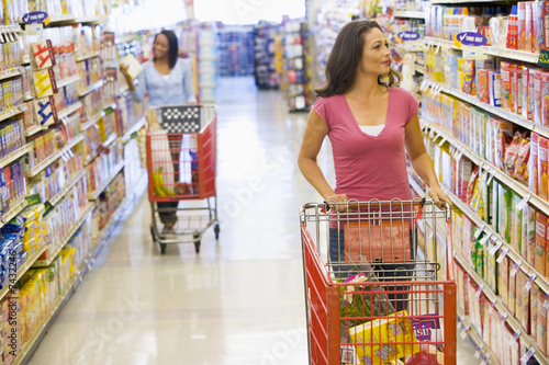 Fotografía  Two women shopping in supermarket