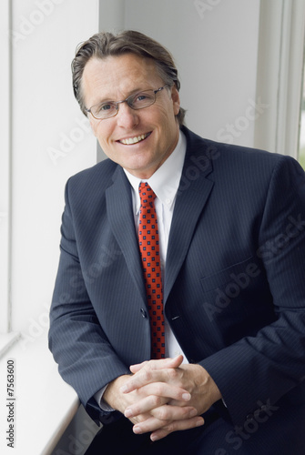 Photo A happy smiling businessman wearing spectacles.