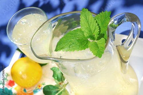 Photo Pitcher of Lemonade with a sprig of mint