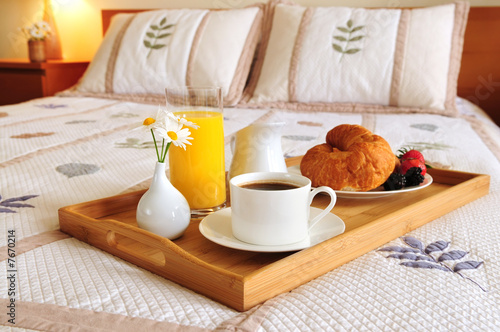 Photo sur Toile Assortiment Breakfast on a bed in a hotel room