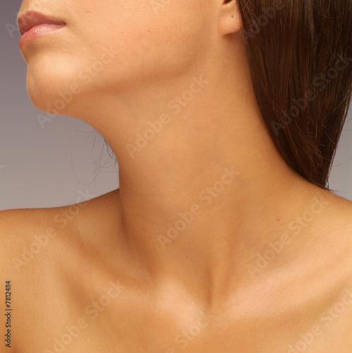 Fotografía  Makeloser Hals einer jungen Frau