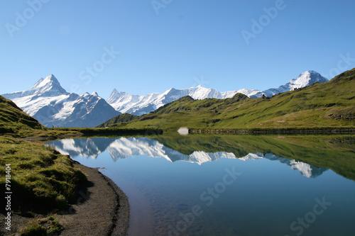 Fotobehang Bergen reflets dans un lac des alpes suisses