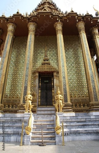 In de dag Theater temple. entrance of a temple with golden statues