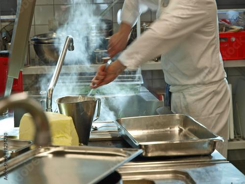 Deurstickers Ontspanning profikoch bei der arbeit in der küche
