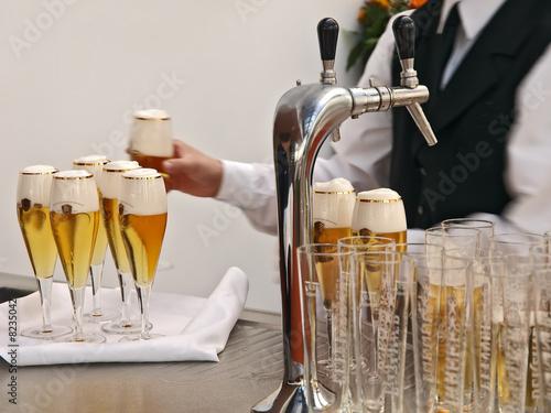Fotografie, Obraz  bankettkellner bereitet getränke,füllt viele gläser bier auf