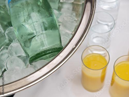 büffet/bar,wasserflasche im eiskühler,getränke im gläser